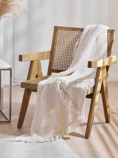 houten stoel met witte deken