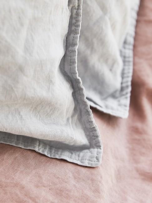 roze deken met blauwe kussens