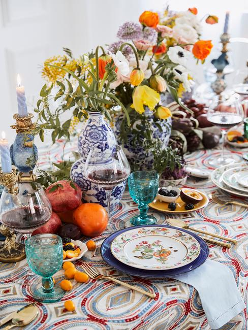 Bont gedekte tafel met porseleinen servies