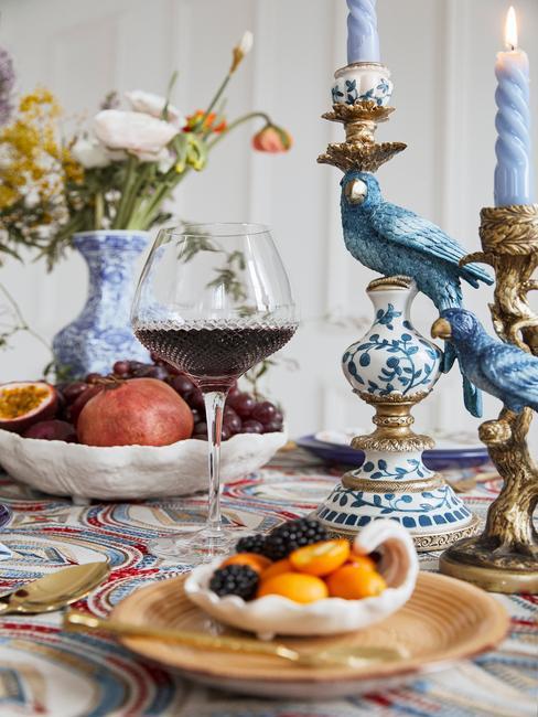 Bont gedekte kleurrijke tafel met porseilenen kandelaar
