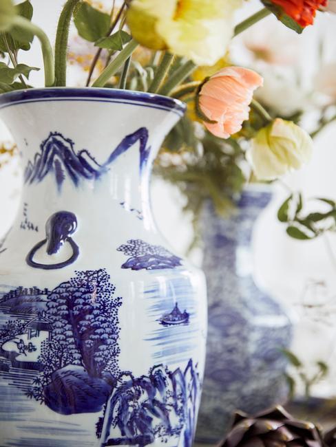 Porseleinen vaas met gekleurde bloemen en Delfts Blauw patroon