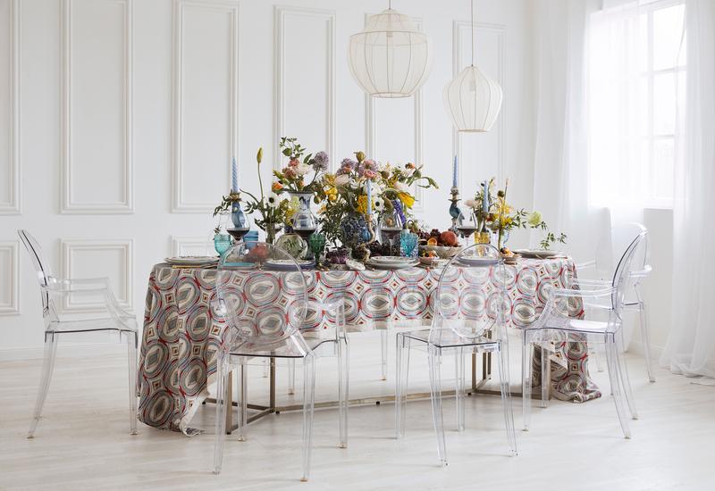 Bont gedekte tafel in vintage porseleinen look
