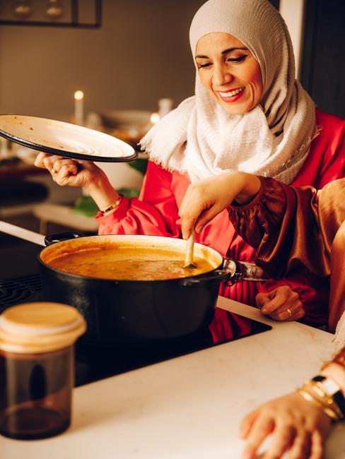 zwarte pan met soep