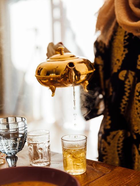 gouden theepot met glas