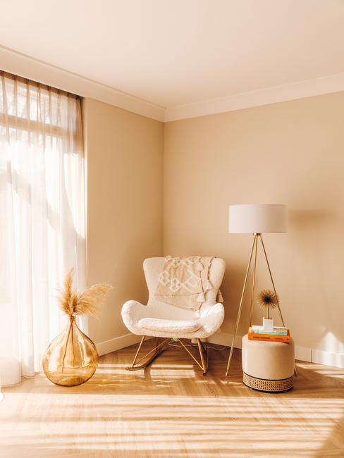 witte stoel met gouden poten en witte lamp met gouden poten