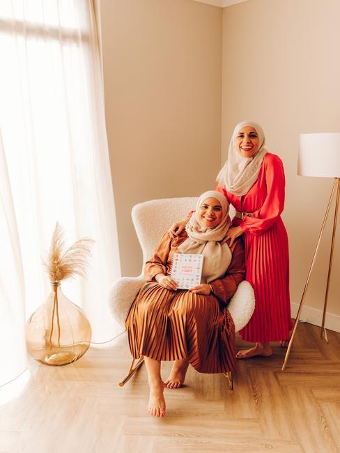 de healthy sisters in grote witte stoel