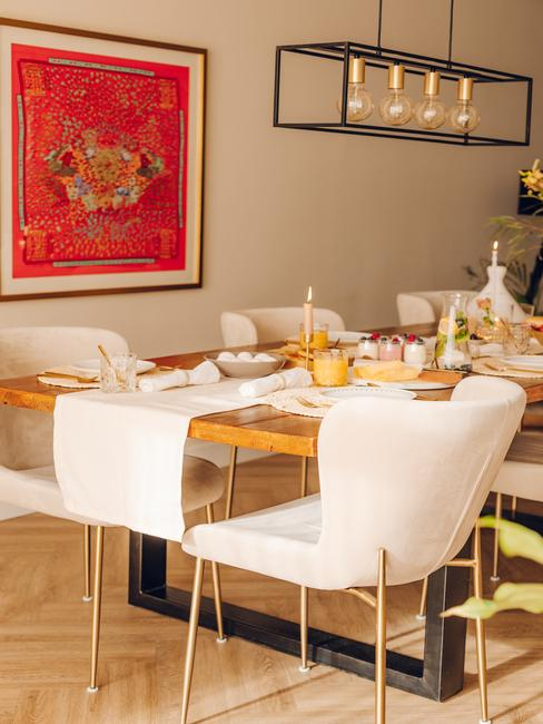 houten tafel met lichte stoelen met houden poten en toupe tafelloper