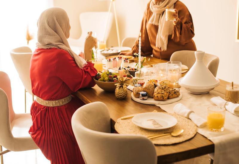 houten tafel met beige tafelloper en marrokaans servies