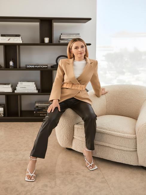 vrouw op beige stoel met strakke scheiding