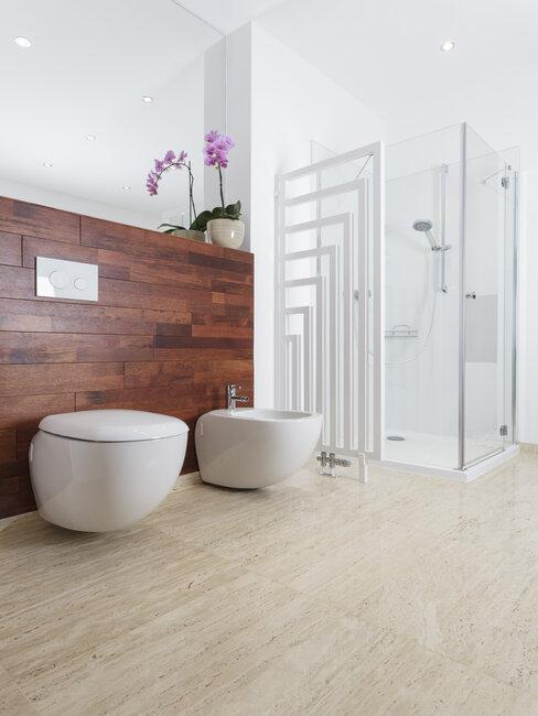 travertin tegels in badkamer
