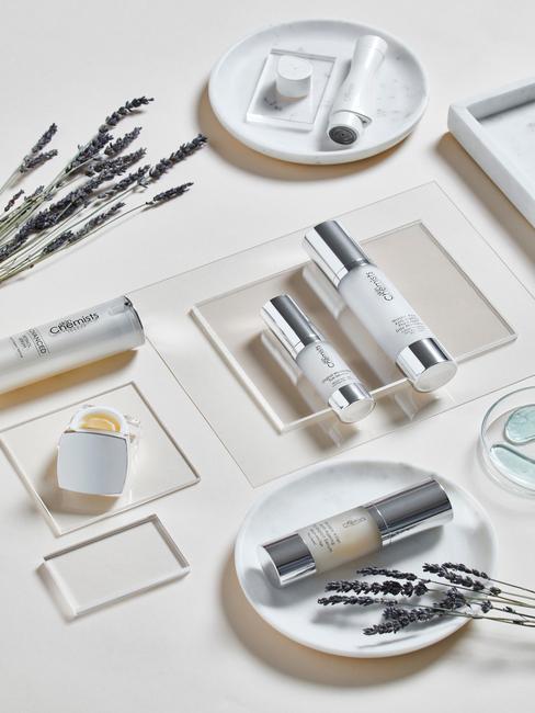 witte schaaltjes met producten
