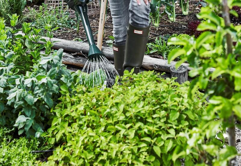moestuin met groene regenlaarzen
