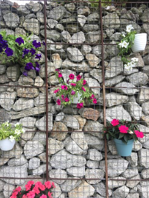 potten aan stenen muur