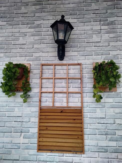 planten in potten aan de muur met houten bakken
