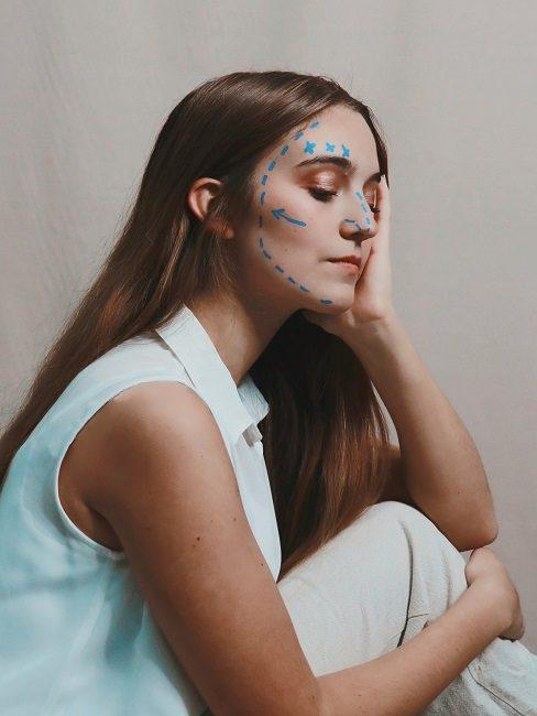 Face yoga probleemzonen in gezicht vrouw