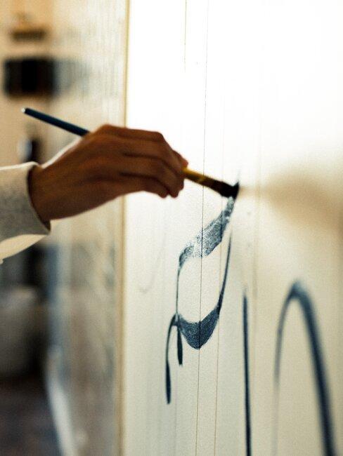 abstracte lijnen schilderen op een witte ondergrond