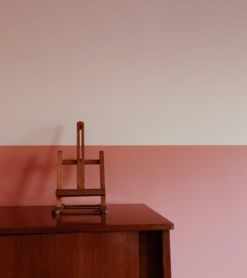 schildersezel op houten tafel