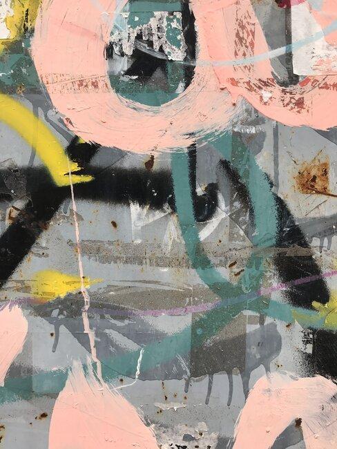 abstract schilderij met roze en grijs