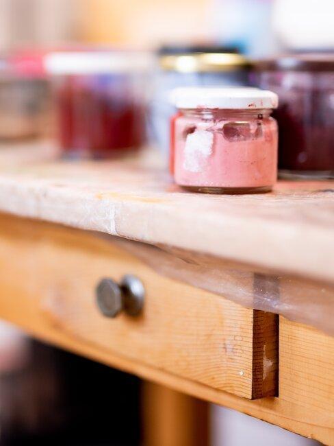 verfpotjes op een houten bureau