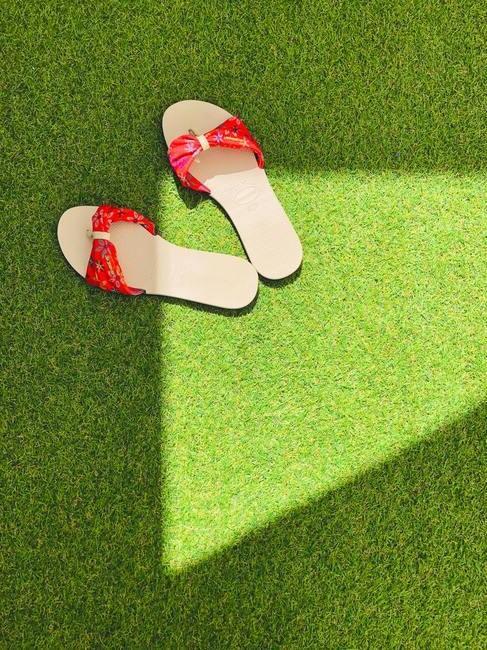 sandalen met rode details op kunstgras