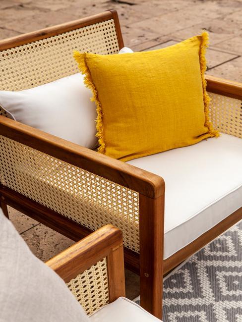 houten stoel met witte en gele kussens