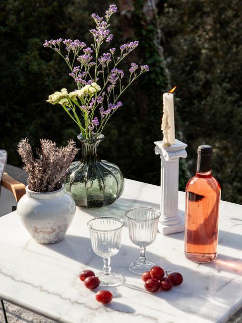 witte marmeren tafel met vazen en kaarsen