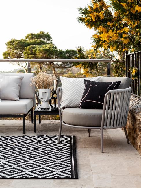 outdoor tafelkleed met twee stoelen en accessoires