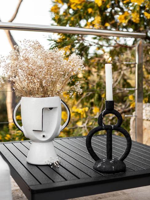 zwarte tafel met witte vaas
