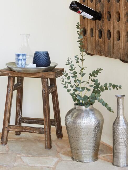 houten kruk met zilvere vaas