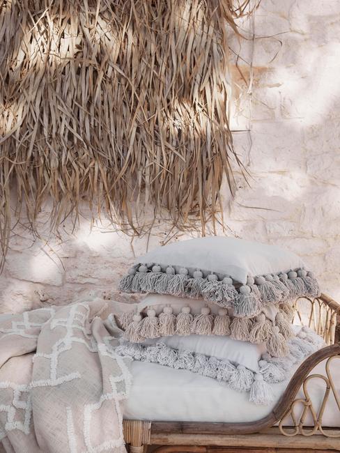 houten tuinset met witte kussens