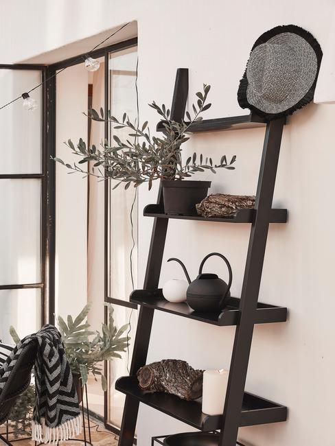 zwarte trapladder met decoratie