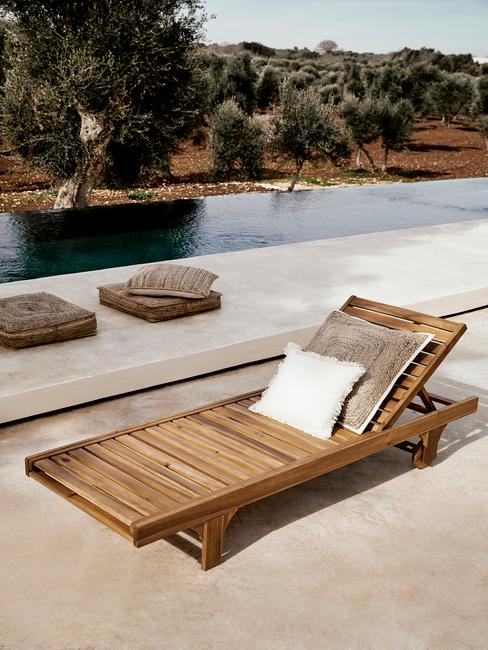 houten ligstoel met wit kussen