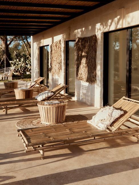 bamboe ligstoelen met witte tuinkussens