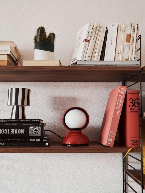 houten boekenkast met boeken en accessoires
