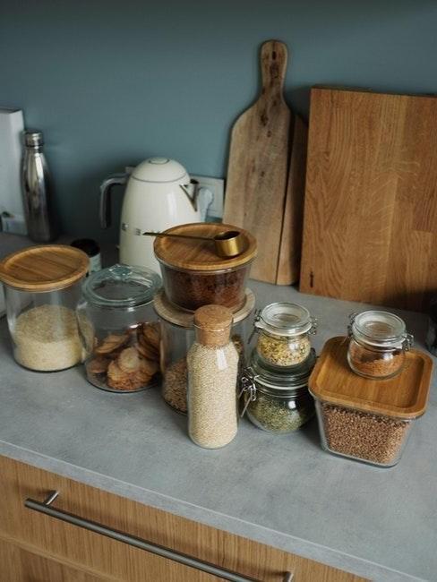 kruiden op een grijs aanrecht met houten kastjes
