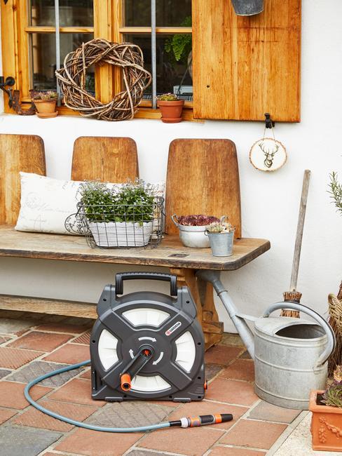 houtenbank met pot