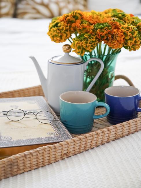 rieten plateau met blauw en wit servies