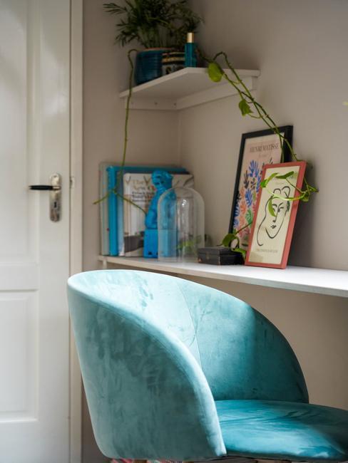 blauwe stoel met houten fotolijsten