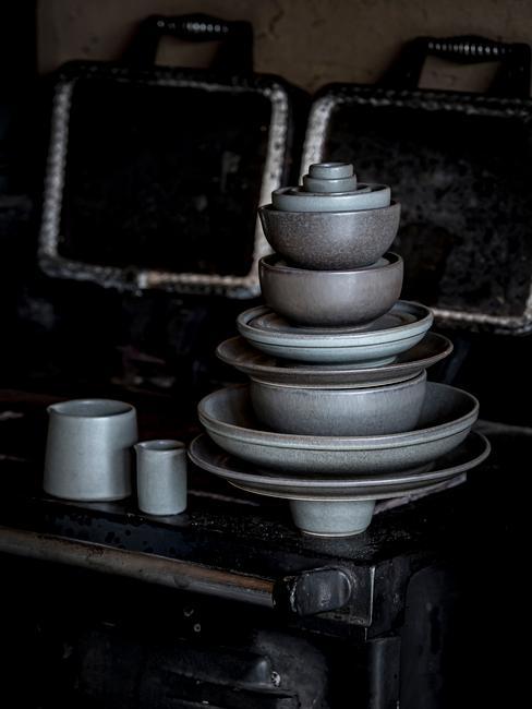 Donker grijs natuurlijk servies: Grades van Joris Bijdendijk