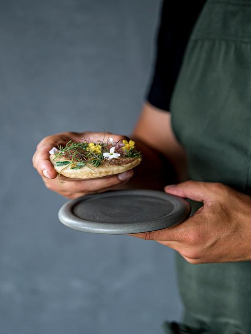 Joris Bijdendijk met servies bordje uit de Grades collectie