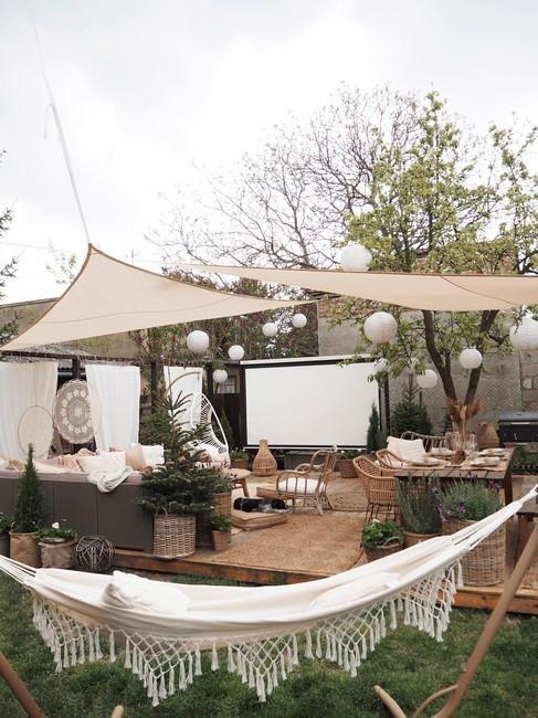 witte hangmat in een tuin met gras