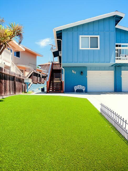 kunstfrasmat met blauw huis