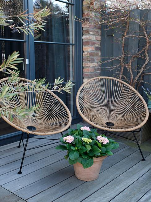 houten stoelen met donkere vlonder