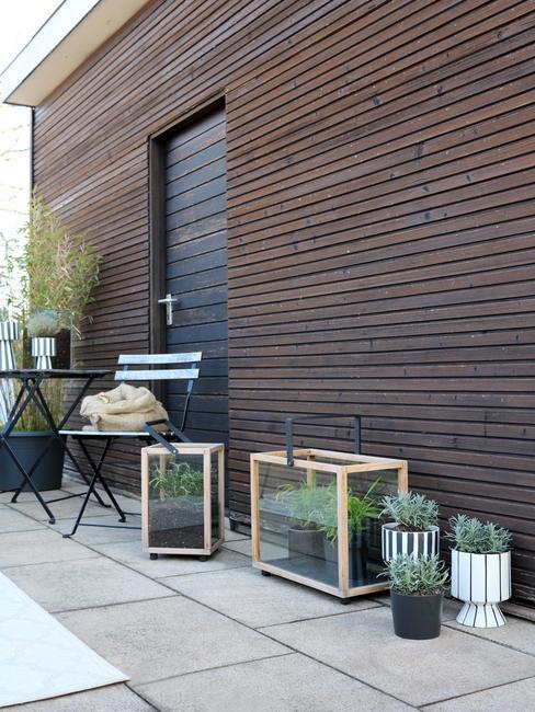 houten muur met licht houten windlicht