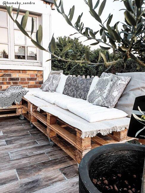 tuinbank van pallets met kussens en plaid
