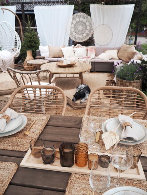 houten tafel met tuindecoratie