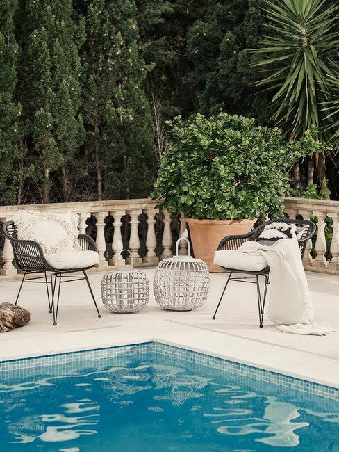 zwarte stoelen met witte kussens