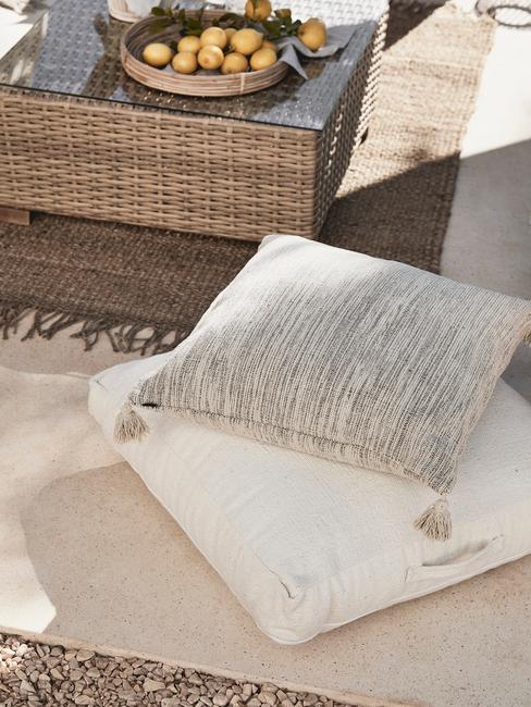 grijs met witte kussens in een achtertuin