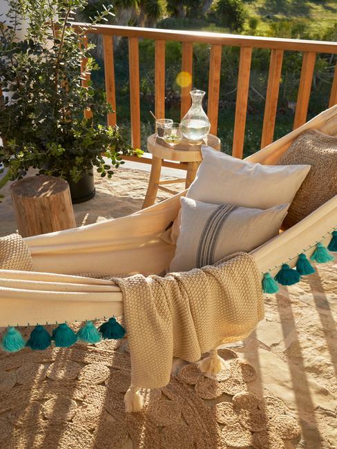 een hangmat in een kleine tuin