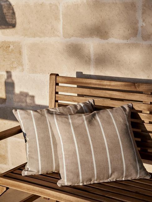houten bankje met grijze kussens